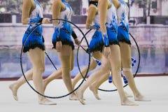 有箍的女孩体操运动员 免版税图库摄影