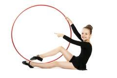 有箍的愉快的女孩体操运动员 免版税库存照片
