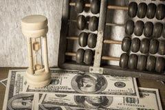 有算盘和钞票的滴漏 库存照片