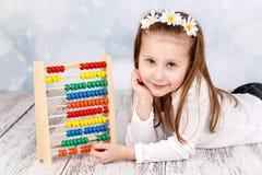 有算盘的逗人喜爱的孩子 库存照片