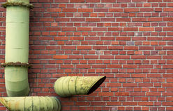 有管子的砖墙 免版税库存图片