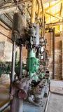 有管子的老工业机器 免版税库存照片