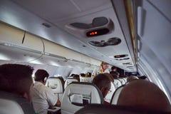 有管家se的汉莎航空公司冒险旅行里面飞机 免版税图库摄影