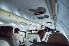 有管家se的汉莎航空公司冒险旅行里面飞机 免版税库存照片