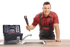 有管扳手和工具箱的水管工 免版税库存图片