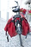有箩袋子的自行车 免版税库存照片