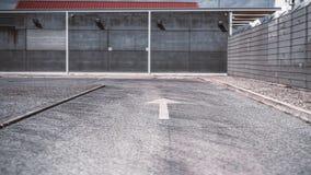 有箭头标号的柏油路 免版税库存图片