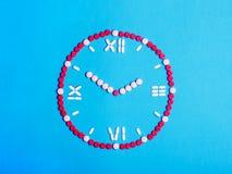 有箭头的时钟从药片和药片 苹果概念卫生措施磁带 库存照片