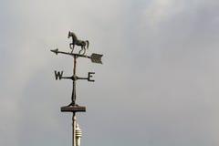 有箭头和马的风向 库存图片