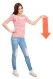 有箭头的年轻偶然妇女 免版税库存图片
