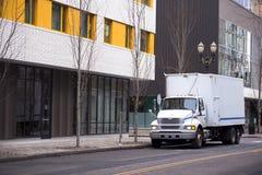 有箱子拖车的半交付卡车在Por都市城市街道上  免版税库存照片