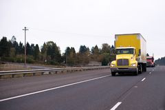 有箱子拖车的黄色大半船具卡车安全transporti的 库存图片