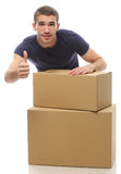 有箱子的一个年轻人在上面显示手指 免版税库存照片