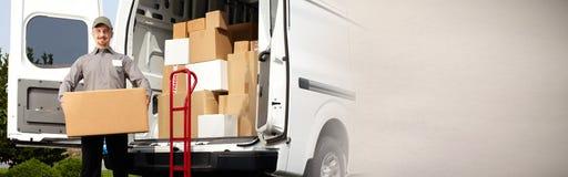 有箱子的交付邮差 免版税库存照片