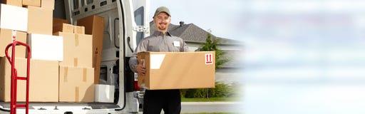 有箱子的交付邮差 免版税库存图片