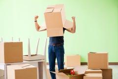 有箱子的人移动的房子 库存照片