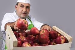 有箱子的果子卖主苹果 免版税库存照片