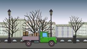 有箱子的生气蓬勃的绿色卡车在树干骑马穿过秋天城市 在都市风景背景的移动的重的汽车 平面 股票录像