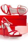有箱子的红色鞋子 库存照片