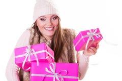 有箱子礼物的俏丽的时尚妇女 圣诞节 图库摄影