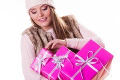 有箱子礼物的俏丽的时尚妇女 圣诞节 免版税库存照片
