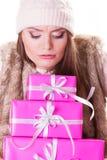 有箱子礼物的俏丽的时尚妇女 圣诞节 免版税库存图片