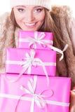 有箱子礼物的俏丽的时尚妇女 圣诞节 免版税图库摄影
