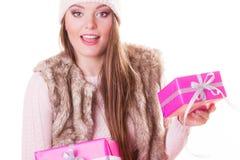 有箱子礼物的俏丽的时尚妇女 圣诞节 库存照片