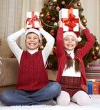 有箱子礼物的孩子在家圣诞节装饰,愉快的情感,寒假概念 免版税库存图片