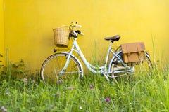 有篮子和袋子的蓝色葡萄酒自行车 免版税库存照片