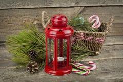 有篮子的圣诞节在木背景的灯笼和糖果 库存图片