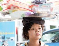 有篮子的在她的头,缅甸妇女 免版税库存图片