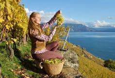 有篮子的女孩有很多葡萄 免版税库存照片