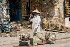 有篮子的妇女在越南 免版税库存图片