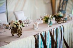 有篮子的小柳条作为婚礼装饰一部分的自行车和花 库存图片