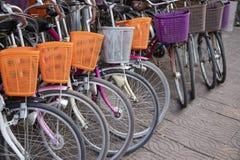 有篮子的现代都市自行车 租的自行车在亚洲城市 夏天镇都市交通  库存照片