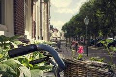 有篮子的自行车在美丽如画的街道 免版税库存照片
