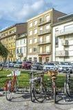有篮子的自行车在街道 库存照片