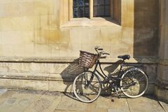 有篮子的自行车 库存照片