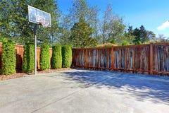 有篮球场的后院 免版税库存图片