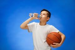 有篮球球的可爱的11岁的男孩孩子 库存图片