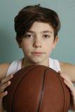 有篮球球的少年男孩 免版税库存照片