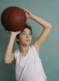 有篮球球的少年男孩 免版税图库摄影