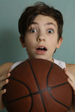 有篮球球的少年男孩 库存图片