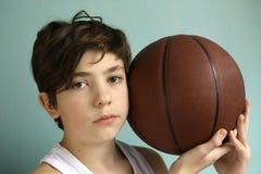 有篮球球的少年男孩 图库摄影