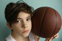 有篮球球的少年男孩 免版税库存图片