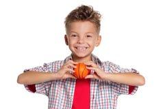 有篮球球的男孩 库存图片