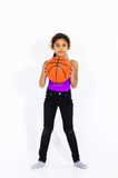 有篮球球的逗人喜爱的活跃美国女孩 库存照片