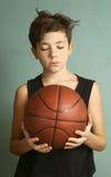 有篮球球的青少年的男孩 免版税库存照片