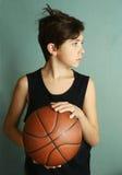 有篮球球的青少年的男孩 图库摄影